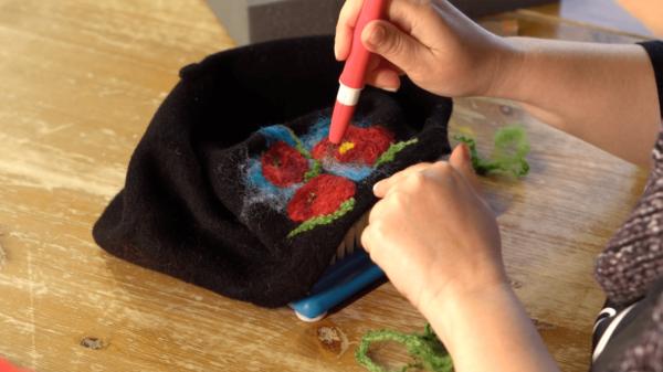 jak filcowac kwiaty na czapce berecie i innych materialach kursy filcowania na sucho online