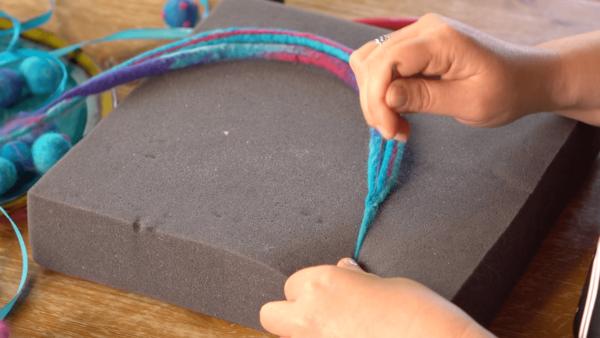 filcowanie naszyjnika z filcowych sznurkow na mokro i na sucho