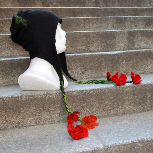 filcowanie na mokro czapki z kwiatuszkami
