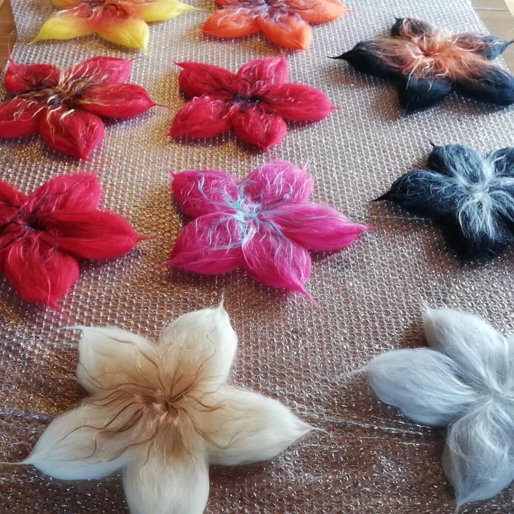 kwiaty filcowane na mokro